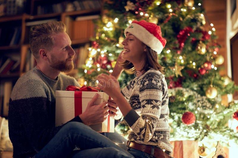 Homem e fêmea de amor do Natal que apreciam nos feriados imagem de stock royalty free