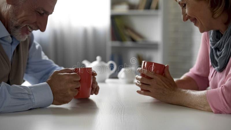 Homem e fêmea envelhecidos tendo a conversa agradável, tendo a primeira data, queridos da escola foto de stock royalty free