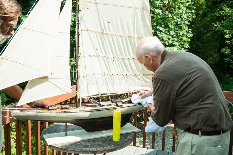 Homem e filho idosos ativos com barco modelo fotografia de stock royalty free