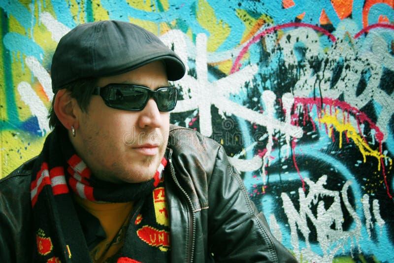 Homem e graffitis imagens de stock