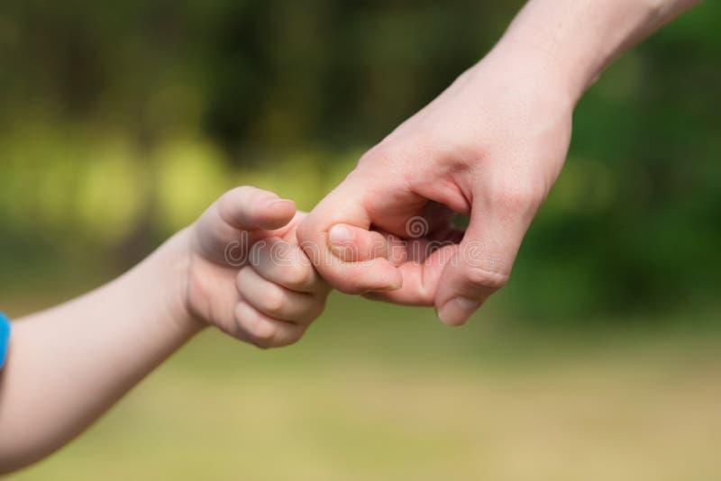 Homem e jogo novo do menino com mãos foto de stock