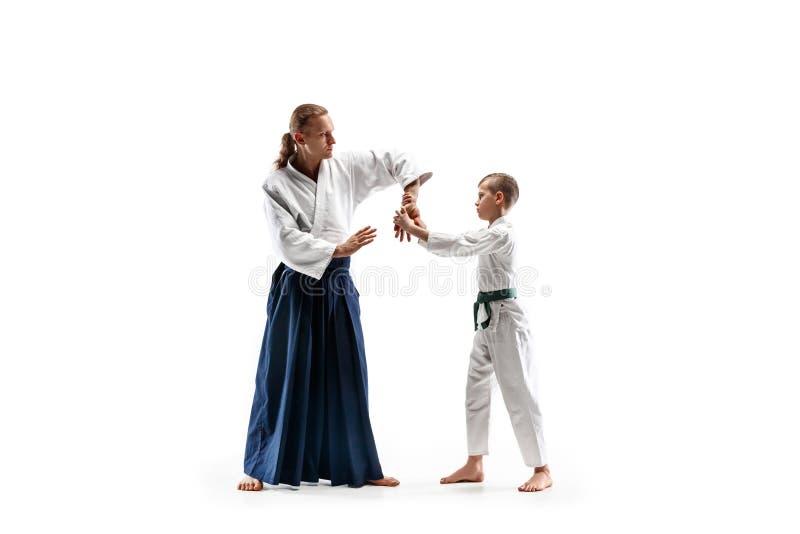 Homem e menino adolescente que lutam no treinamento do aikido na escola de artes marciais fotos de stock royalty free