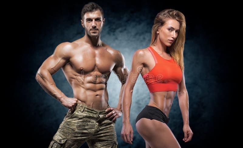 Homem e mulher atléticos Pares da aptidão fotos de stock royalty free