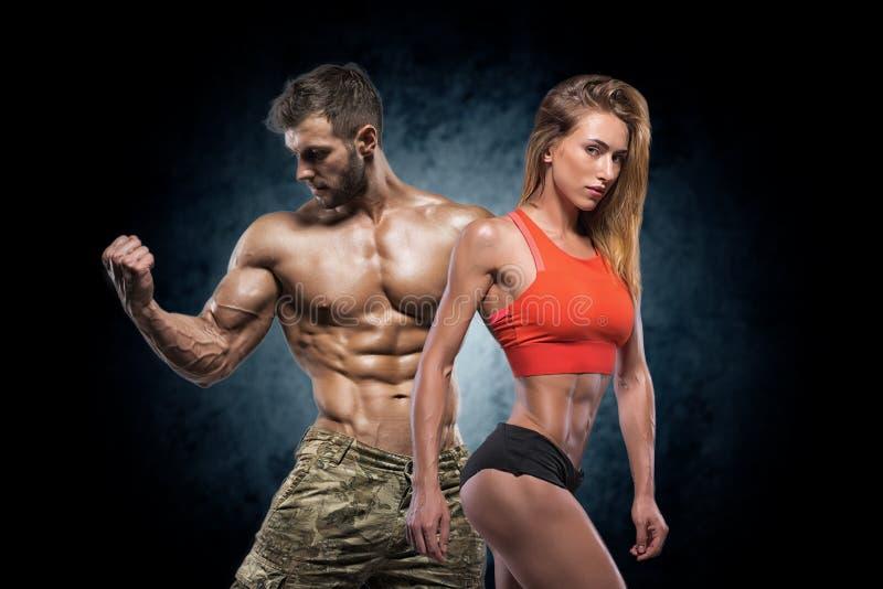 Homem e mulher atléticos Pares da aptidão imagens de stock