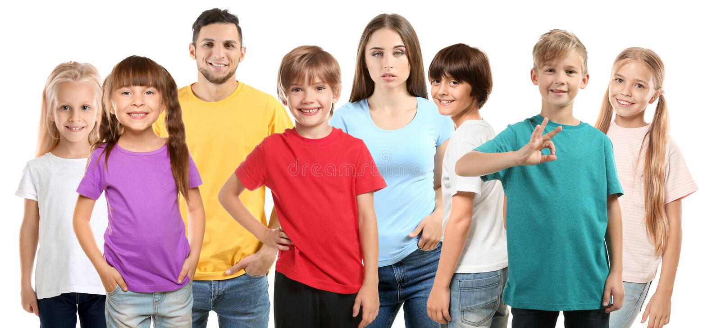 Homem e mulher com as crianças que vestem t-shirt no fundo branco fotografia de stock royalty free