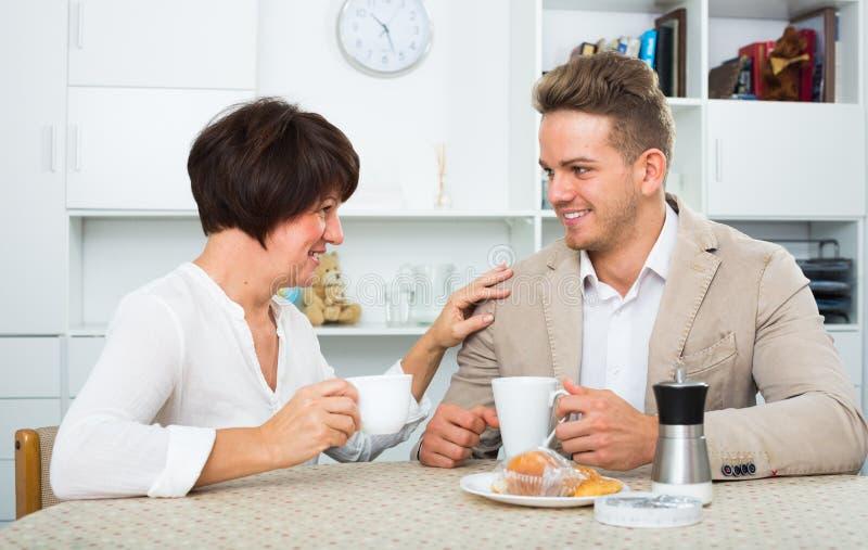 Homem e mulher com café imagens de stock royalty free