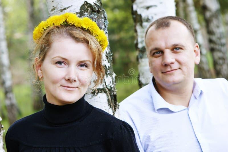 Homem e mulher com chaplet da flor imagem de stock