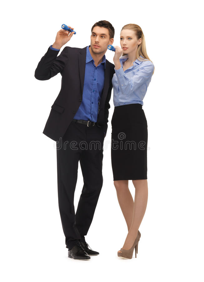 Homem e mulher com lanternas elétricas fotos de stock royalty free