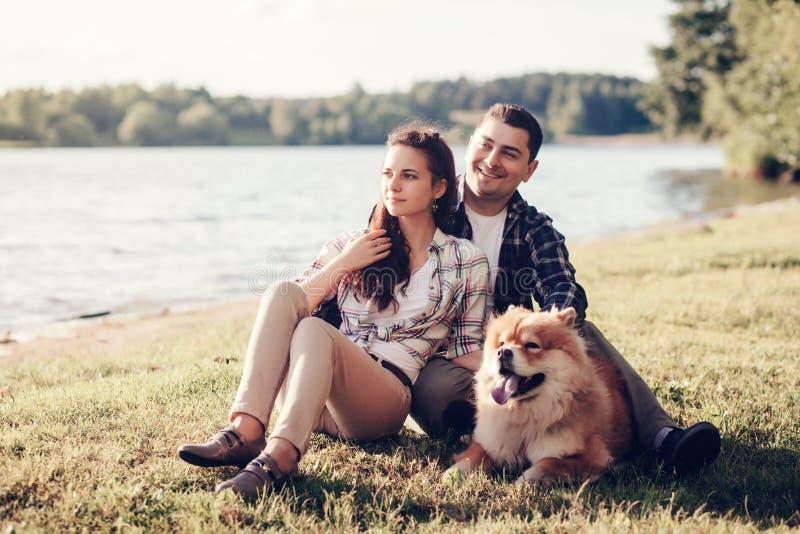 Homem e mulher com o cão da comida de comida imagens de stock royalty free