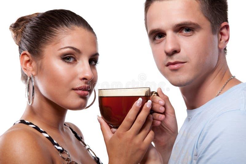 Homem e mulher com o copo do chá fotografia de stock