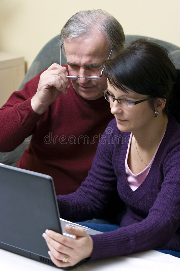 Homem e mulher com portátil   fotografia de stock