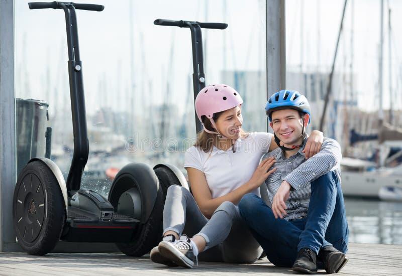 Homem e mulher com segways imagens de stock