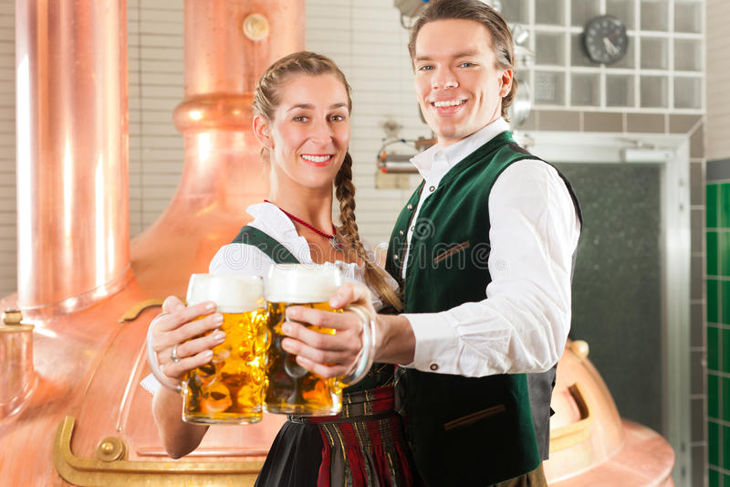 Homem e mulher com vidro de cerveja na cervejaria fotos de stock
