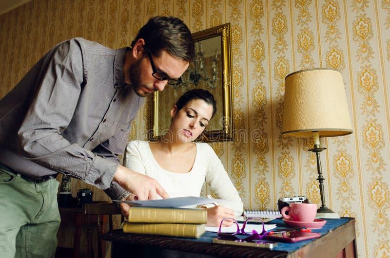 Homem e mulher de Hispter que trabalham em casa foto de stock royalty free
