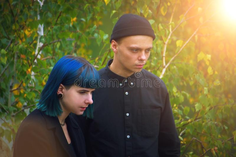 Homem e mulher de lamentação em funerais fotos de stock