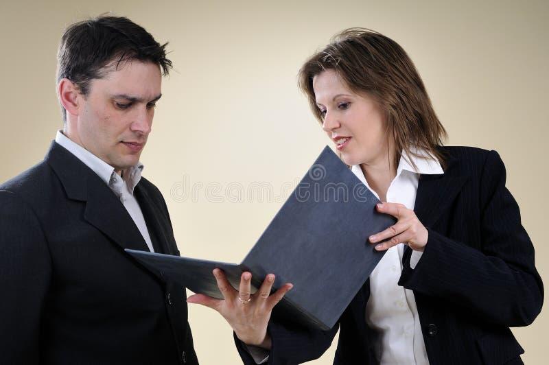 homem e mulher de negócio que estudam o contrato fotos de stock