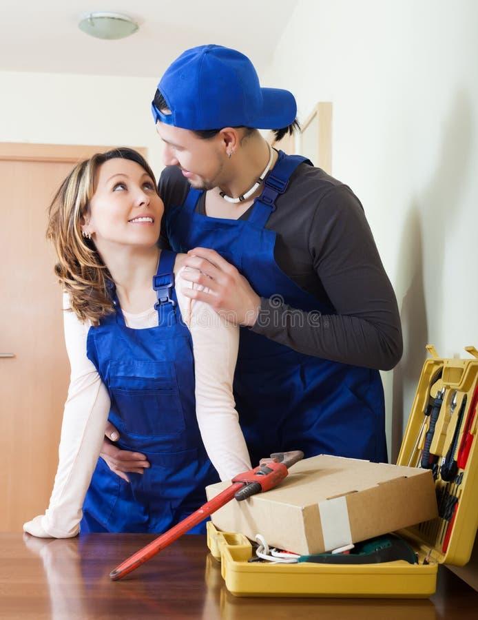 Homem e mulher em datar do uniforme imagens de stock