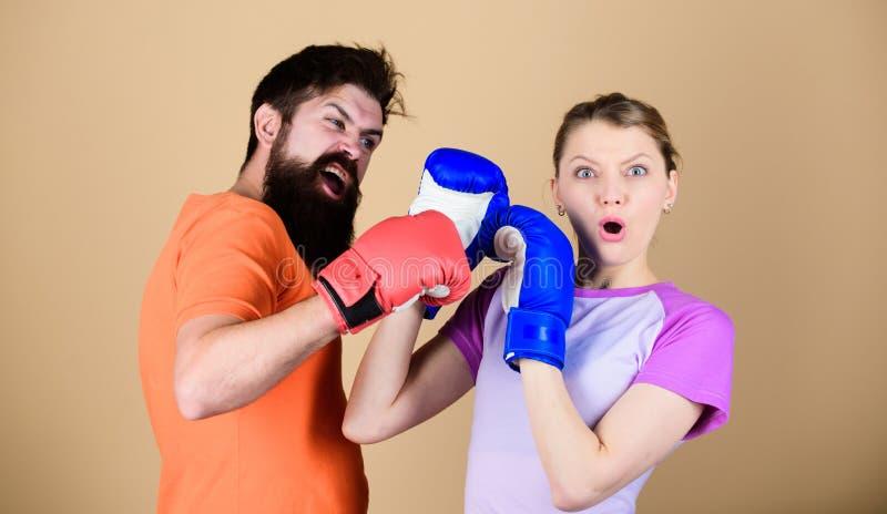 Homem e mulher em luvas de encaixotamento Conceito do esporte do encaixotamento Acople o encaixotamento praticando da menina e do imagens de stock royalty free