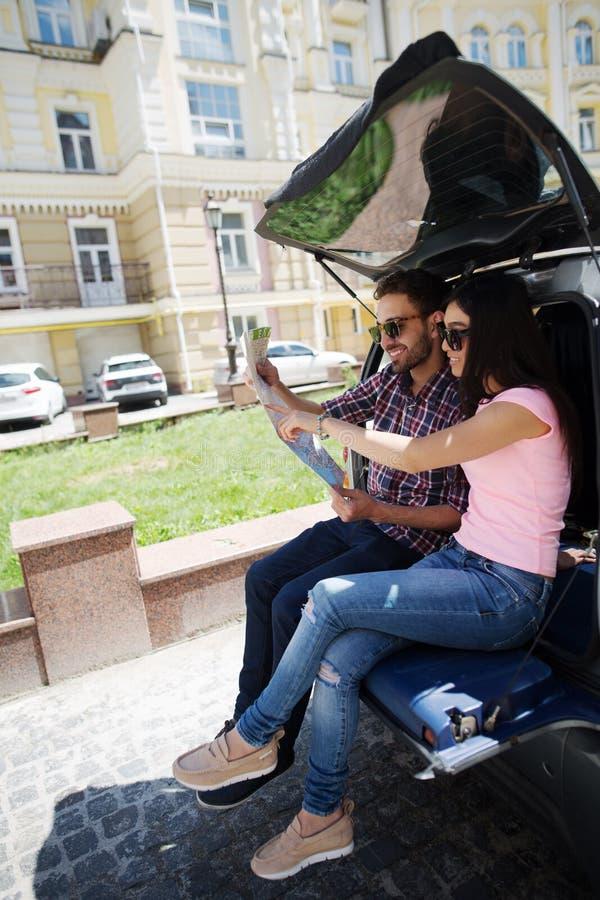 Homem e mulher felizes do turista no carro fotografia de stock royalty free