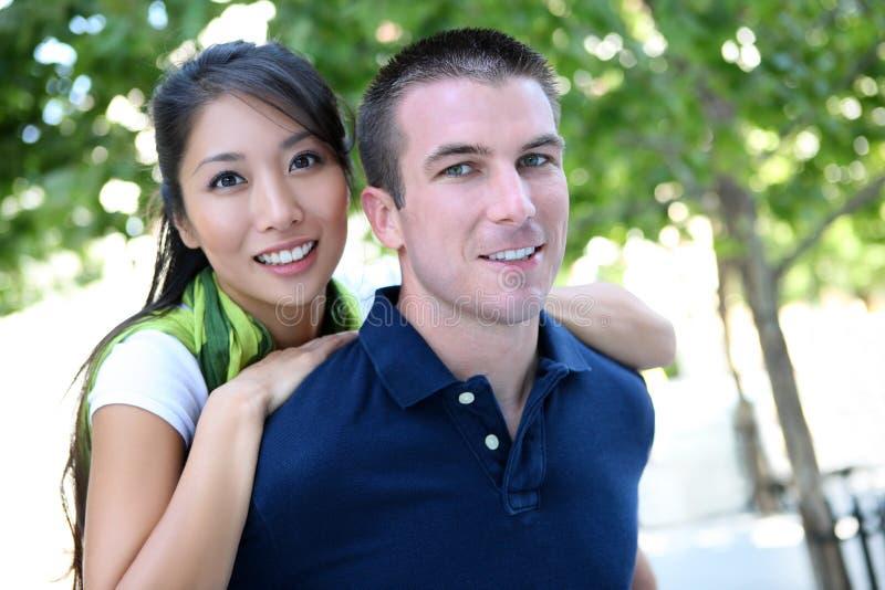 Homem e mulher inter-raciais no amor fotografia de stock royalty free