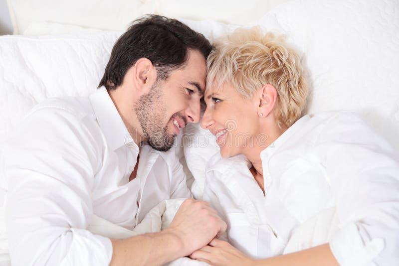 Homem e mulher na cama foto de stock