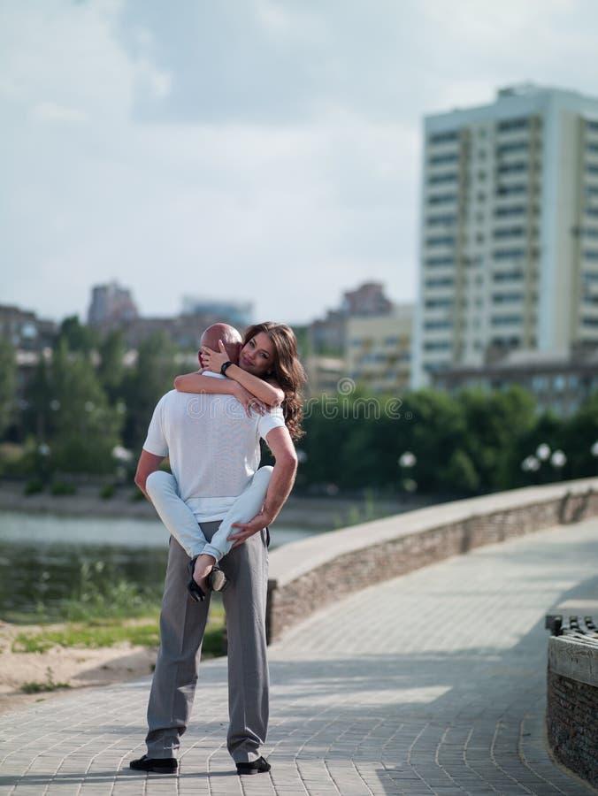 Homem e mulher na cidade fotografia de stock royalty free