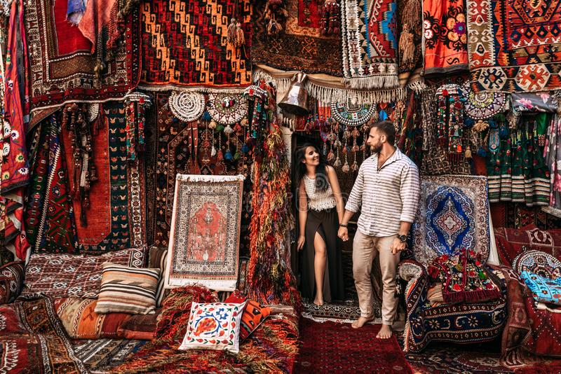Homem e mulher na loja Pares no amor em Turquia Homem e mulher no pa?s oriental O par feliz viaja o mundo fotos de stock