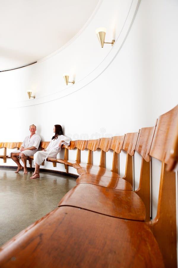 Homem e mulher na recepção dos termas foto de stock royalty free