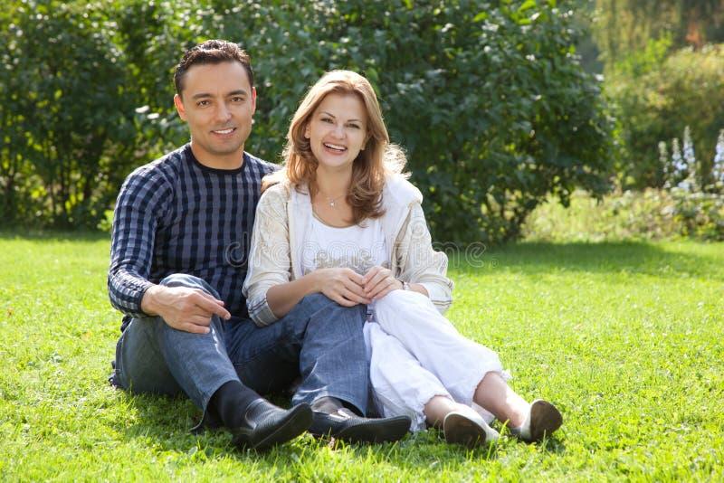 Homem e mulher nas cintas que riem ao ar livre imagens de stock royalty free