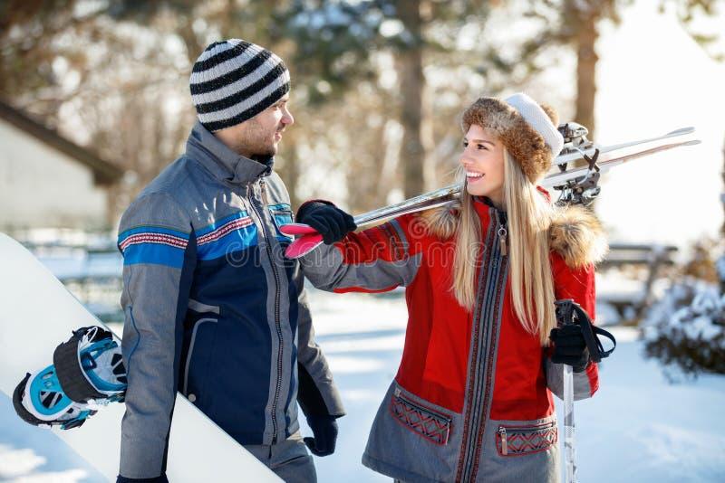 Homem e mulher no amor com equipamento do esqui fotografia de stock