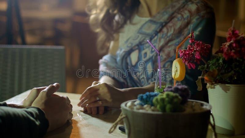 Homem e mulher no amor que falam e que apreciam o jantar no restaurante, data romântica fotos de stock royalty free