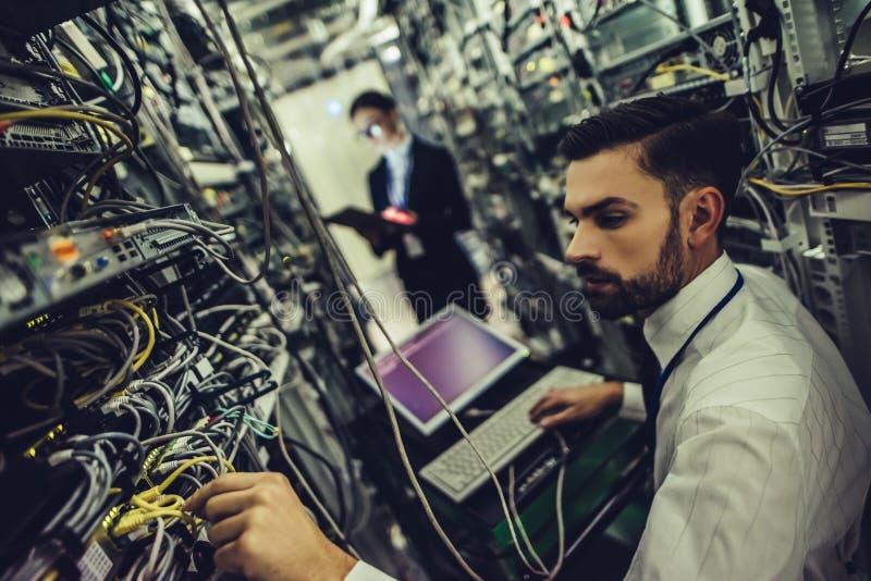 Homem e mulher no centro de dados imagens de stock
