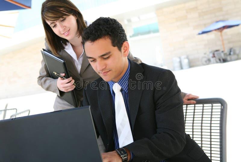 Homem e mulher no escritório foto de stock