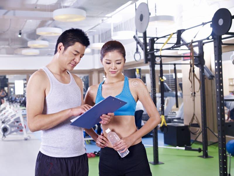 Homem e mulher no gym imagem de stock