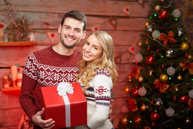 Homem e mulher no Natal foto de stock