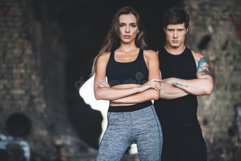 Homem e mulher no sportswear imagens de stock royalty free