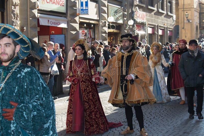 Homem e mulher no traje medieval na parada tradicional do festival medieval de Befana do esmagamento em Florença, Toscânia, Itáli imagens de stock