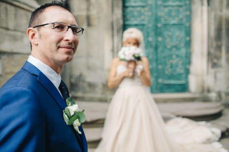 Homem e mulher novos dos pares delicadamente e passionately abraçando o eac fotografia de stock