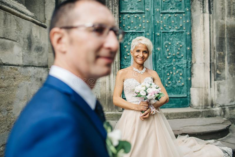 Homem e mulher novos dos pares delicadamente e passionately abraçando o eac fotografia de stock royalty free