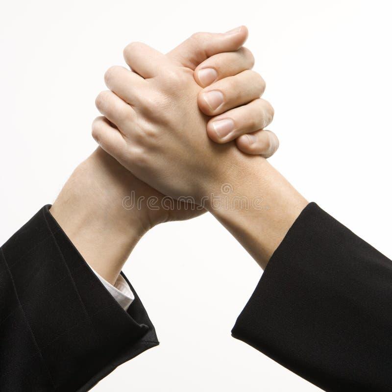 Homem e mulher que agarram as mãos. imagem de stock royalty free