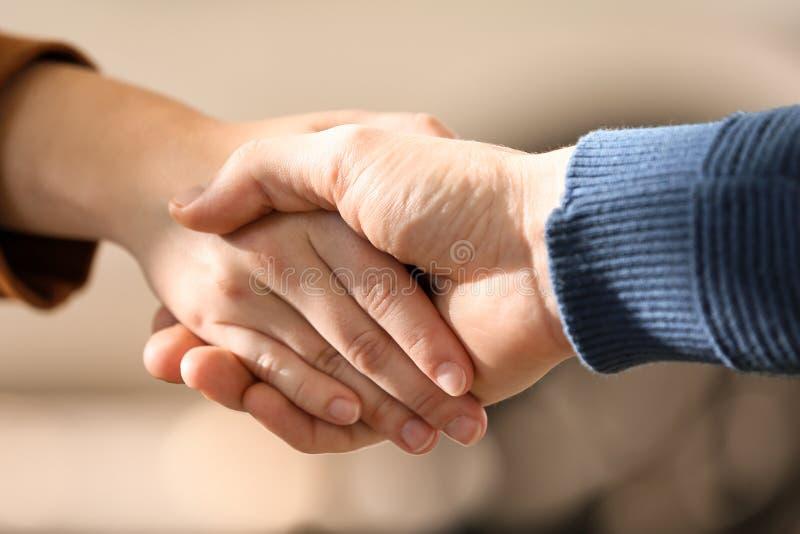 Homem e mulher que agitam as mãos fora, close up imagens de stock