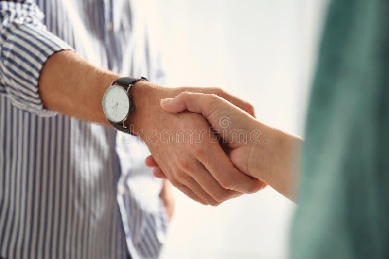 Homem e mulher que agitam as mãos no fundo claro, close up foto de stock royalty free