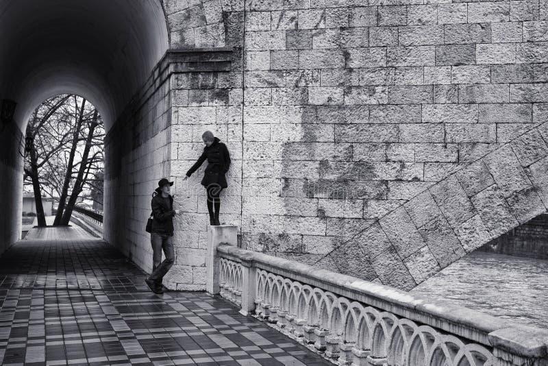 Homem e mulher que andam na rua fotografia de stock royalty free