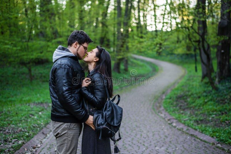 Homem e mulher que andam pelo parque imagens de stock