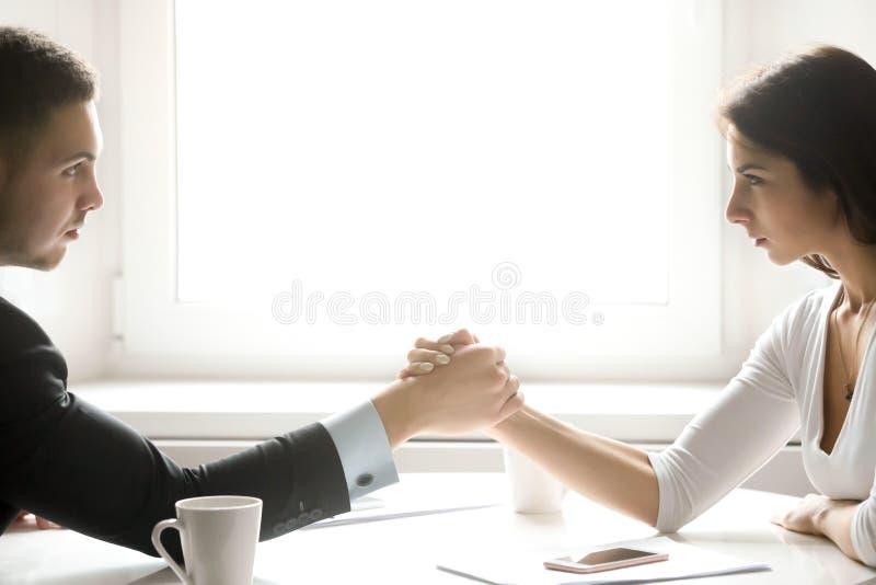 Homem e mulher que armwrestling imagens de stock royalty free