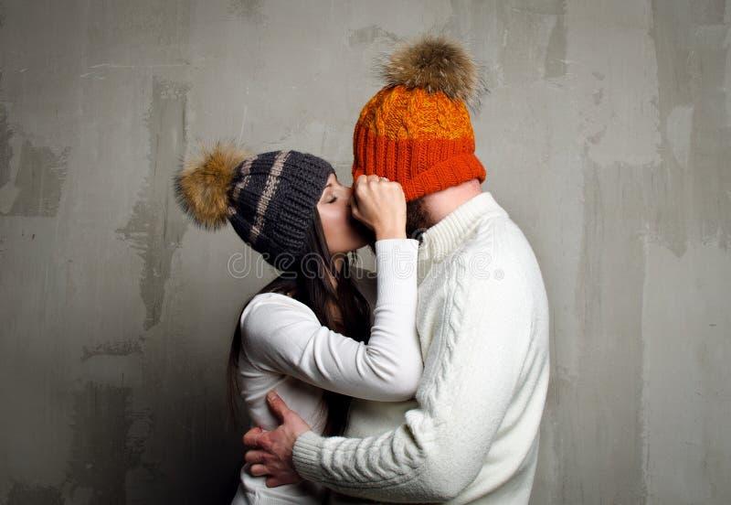 Homem e mulher que beijam nos tampões fotos de stock royalty free