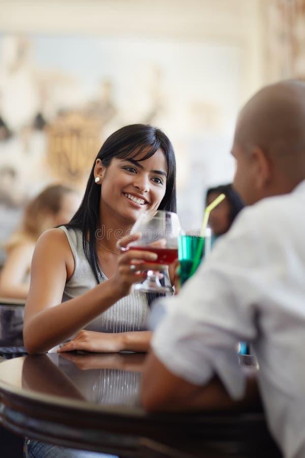 Homem e mulher que datam no restaurante foto de stock royalty free