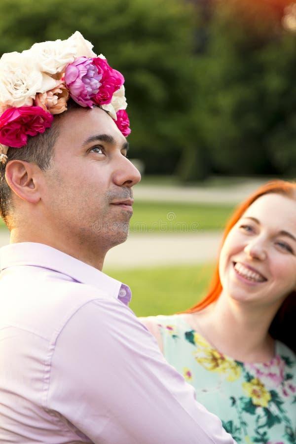 Homem e mulher que enganam ao redor em sua data no parque imagens de stock royalty free