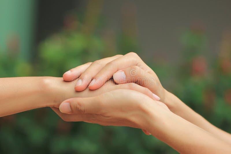 Homem e mulher que guardam as mãos de pares românticos no amor imagens de stock royalty free