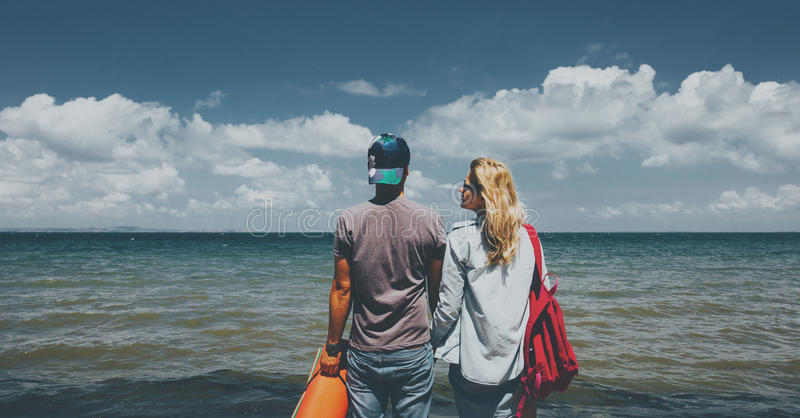 Homem e mulher que olham o conceito da aventura do feriado do curso dos amigos do mar junto imagens de stock